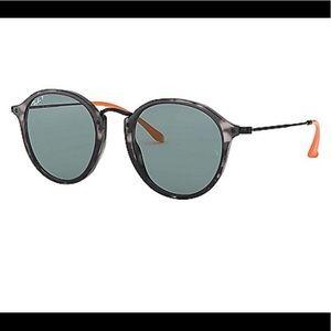 NWT Ray-Ban tortoise shell rim sunglasses.